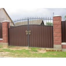 Ворота из металлопрофиля, распашные, с элементами ковки, коричневые с пиками, мод.№10