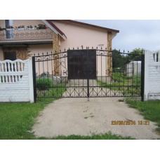 Ворота из стали распашные, кованые, чёрного цвета, с пиками, классический дизайн,мод.№6