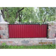 Забор из металлопрофиля с коваными завитками, мод.№1