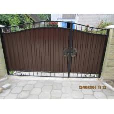 Ворота распашные, из металлопрофиля, с элементами ковки, закрытого типа, коричневого цвета, мод.№7